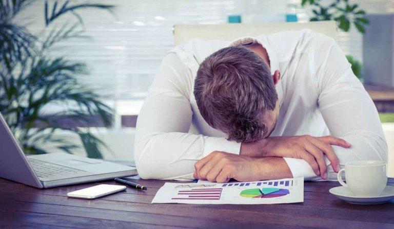 أعراض نقص الحديد عند الرجال .. التهاب اللسان تقعر الأظافر تساقط الشعر –