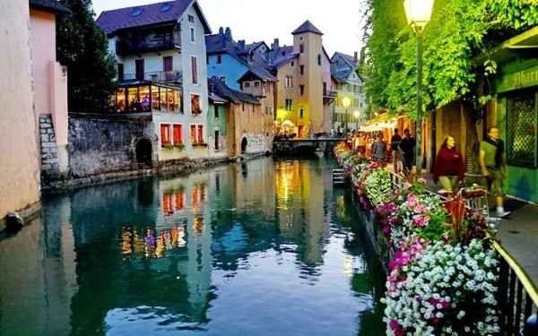 السياحة في مدينة أنسي الفرنسية معلم سياحي أشهرهم جسر العشاق