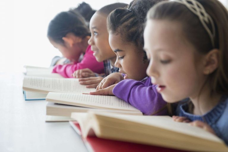 طريقة تعليم الأطفال القراءة .. إليك أربعة أساليب ناجحة لتعليم طفلك القراءة