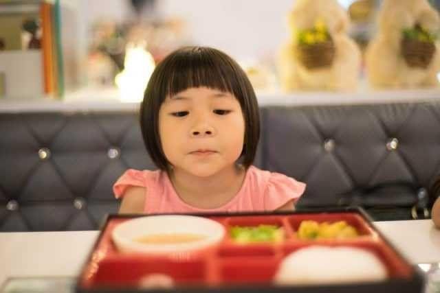 طريقة التعامل مع الطفل الذي لا يأكل .. 3 طرق سهلة للتعامل مع الطفل الذي لا يتناول الطعام