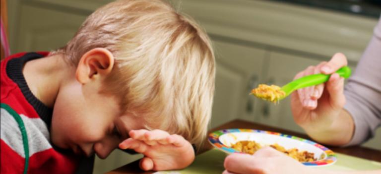 مشاكل الأطفال في الأكل – المشاكل التي تواجه الأطفال عند الأكل