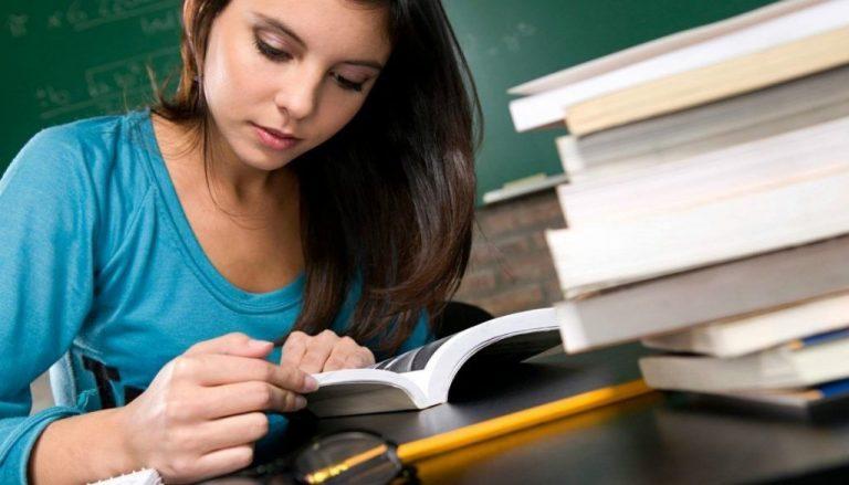 كيف تتعامل مع المراهق في المذاكرة ؟ أساليب تشجيع المراهق علي الإهتمام بالدراسة