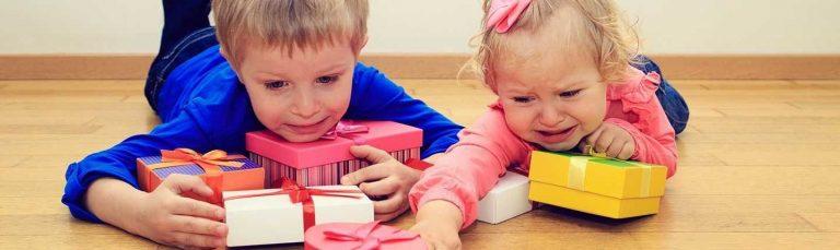كيفية التعامل مع الطفل الذي يغار من أخيه