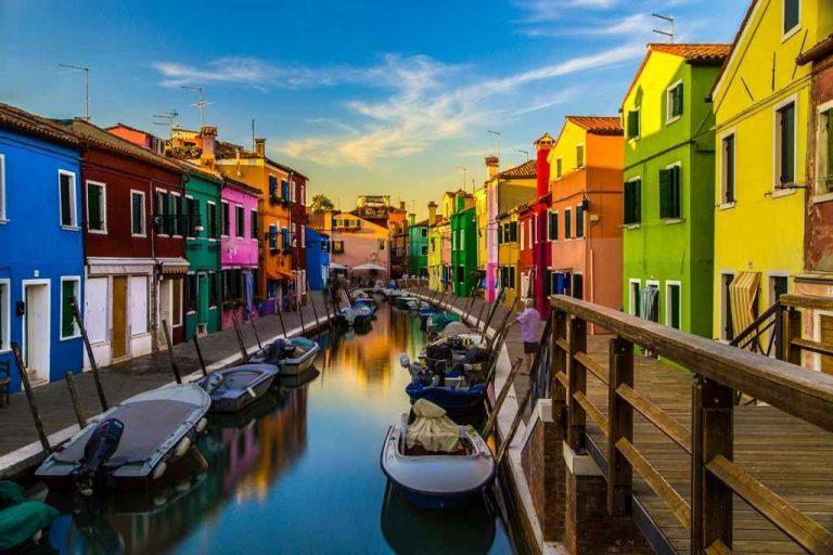 """السياحة في جزيرة بورانو في إيطاليا ..""""المنازل الملونة"""" أجمل الأماكن السياحية فى جزيرة بورانو.."""