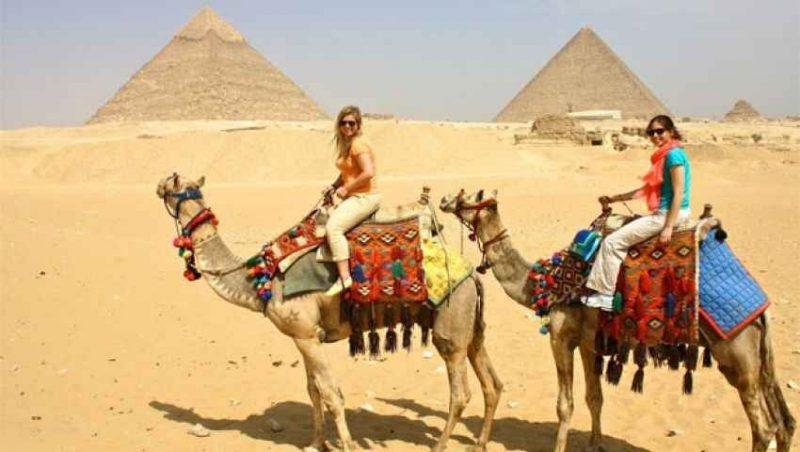 الانشطة السياحية في القاهرة صعود الأهرامات