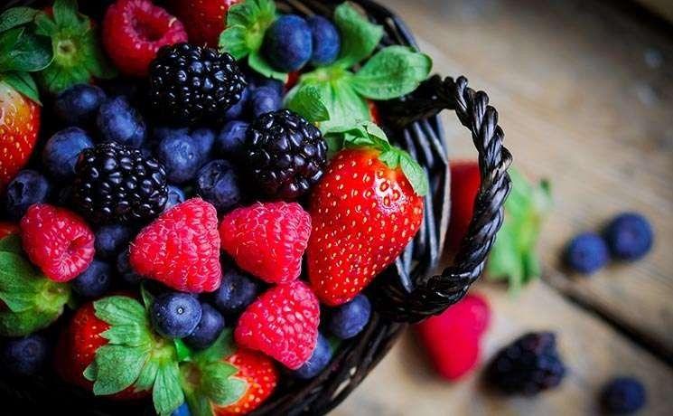 فوائد الفراولة والتوت … فوائد صحية متعددة تدفعك لتناولهما بانتظام