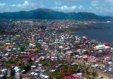 يتميز الشعب الفلبيني بالانفتاح على العالم حيث يعمل الكثير من الفلبينيين في الخارج